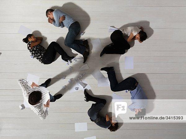 Geschäftsleute schlafen auf dem Boden.