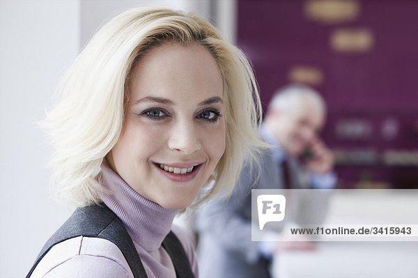 Junge Frau lächelt vor der Kamera
