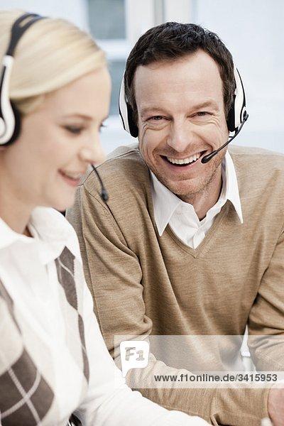 Mann und Frau im Call Center