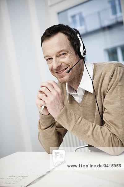 Männlicher Call-Center-Agent lächelt