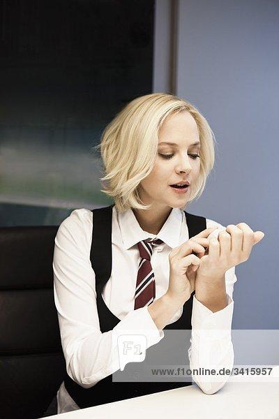 Frau poliert Nägel