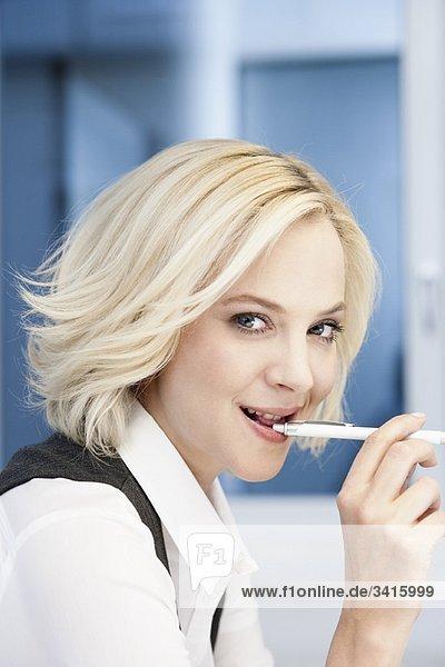 Geschäftsfrau mit Stift