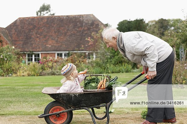 Großvater und Enkelin