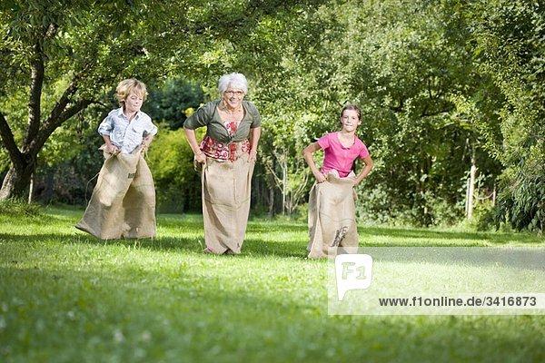 Kindersackrennen mit Großmutter Kindersackrennen mit Großmutter