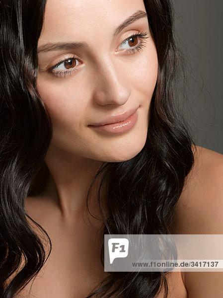 Porträt einer jungen brünetten Frau