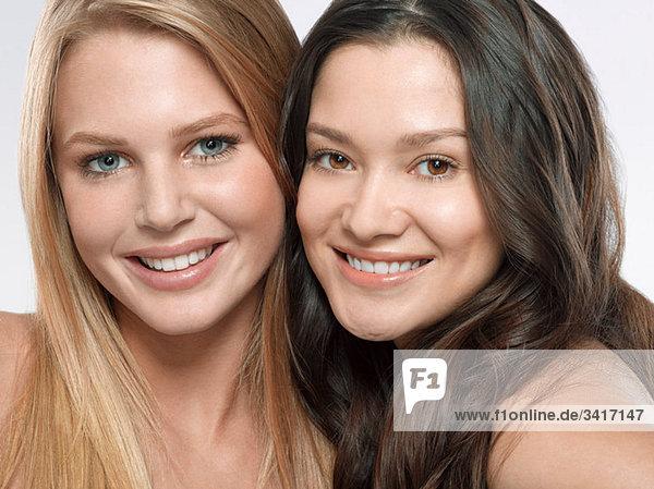 Porträt zweier junger Frauen nebeneinander