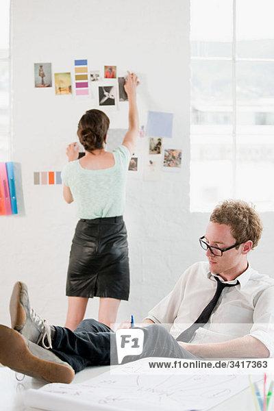 Mode-Designer bei der Arbeit