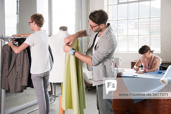 Mode-Designer bei der Arbeit Mode-Designer bei der Arbeit