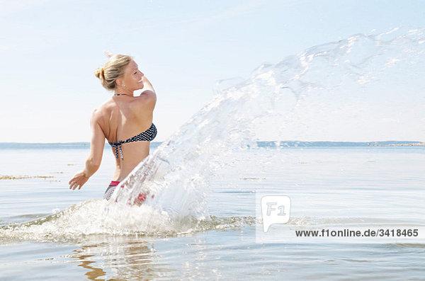 Frau spielt im Wasser