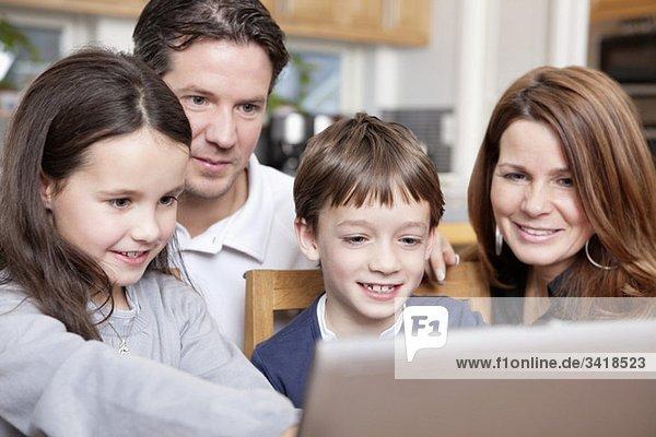 Familie vor dem Computer