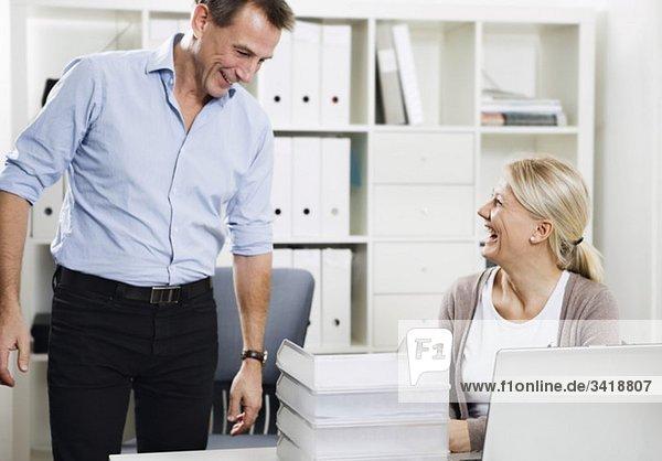 Zwei Leute  die bei der Arbeit reden.