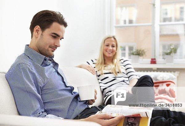Frau und Mann im Sofa Frau und Mann im Sofa