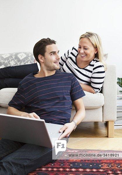 Paar und Computer Paar und Computer