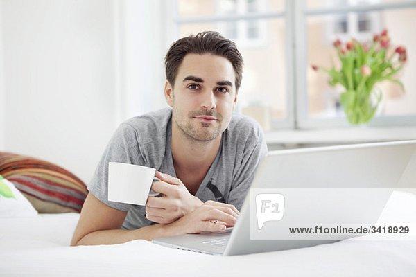 Kerl mit Computer und Kaffee Kerl mit Computer und Kaffee