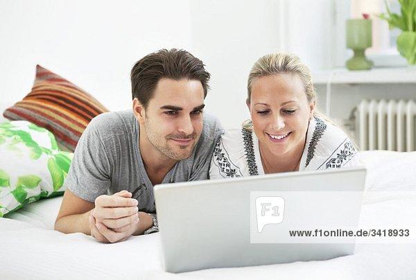 Mann und Frau per Computer Mann und Frau per Computer