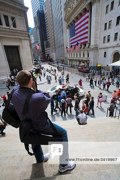 Tourist crowd  Stock Exchange at Wall Street  George Washington statue  New York City  USA