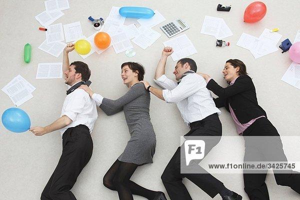 Büroangestellte im Einklang mit den Händen auf den Schultern  Feiern  Seitenansicht  Portrait  Hochansicht