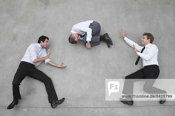 Geschäftsleute  die am Seil balancieren  mit Kollegen spielen.