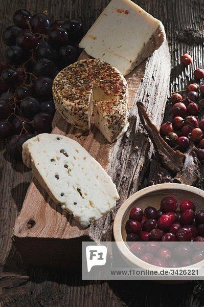Österreich  Salzburg  Ziegenkäse  Scheibe Brot und Trauben in Schale  erhöhte Ansicht Österreich, Salzburg, Ziegenkäse, Scheibe Brot und Trauben in Schale, erhöhte Ansicht