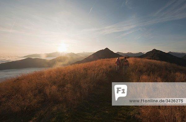 Österreich  Steiermark  Reiteralm  Paar Wanderungen in den Bergen  Rückansicht