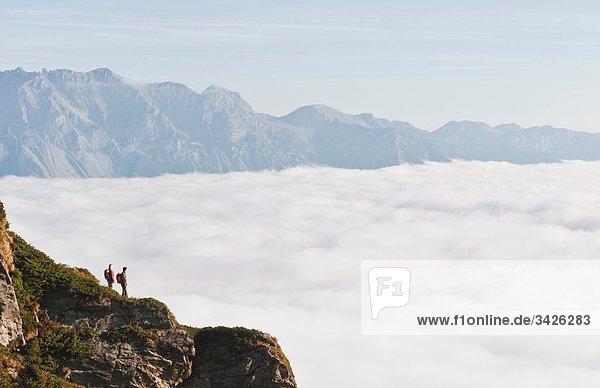Österreich  Steiermark  Reiteralm  Wandererpaar mit Blick über die Wolken