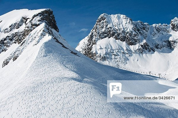 Österreich  Arlberg  Berglandschaft  Skipisten am Hang