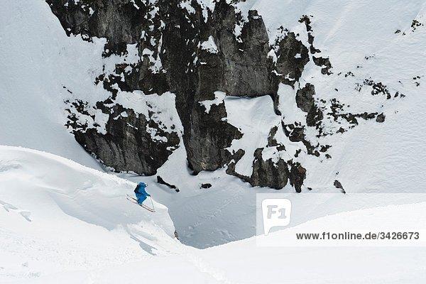 Österreich  Arlberg  Mann beim Skifahren  Springen