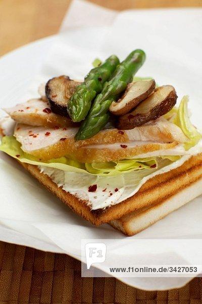 Hühnersandwich mit Spargel und Champignons  erhöhte Aussicht