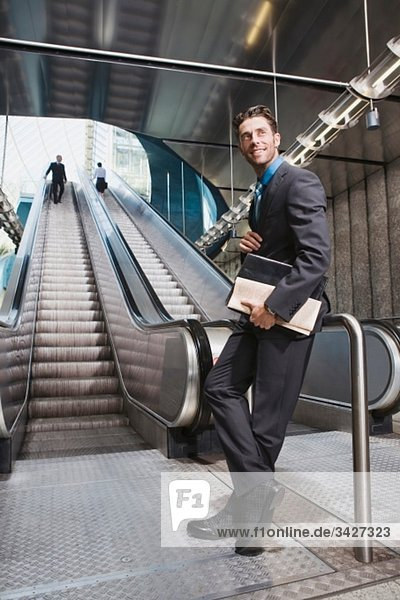 Deutschland  Bayern  München  Geschäftsleute am U-Bahnhof  Rolltreppe im Hintergrund