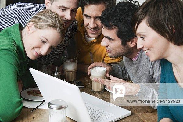 Freunde  die einen Laptop benutzen.