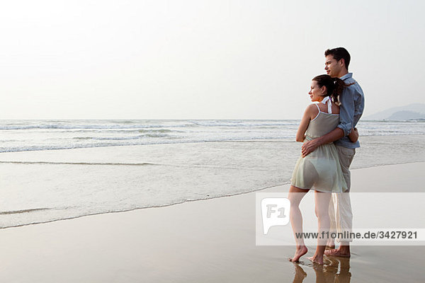 Paar mit Blick auf den Ozean