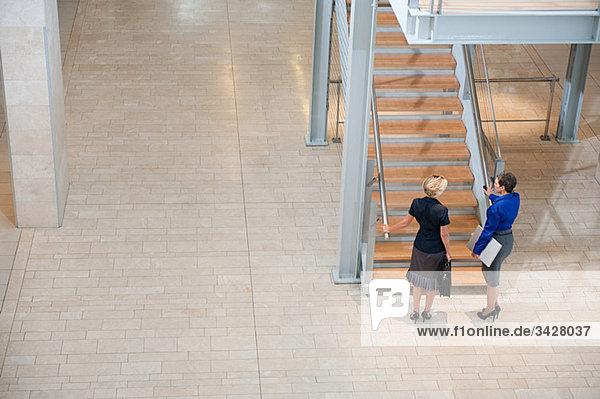 Geschäftsfrauen im Treppenhaus