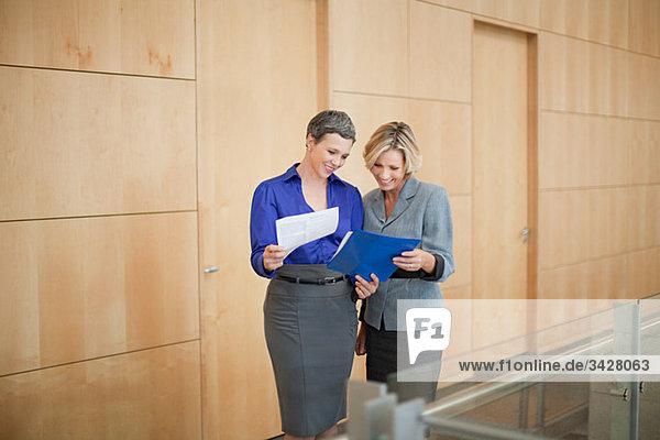 Geschäftsfrauen bei der Suche nach Papierkram