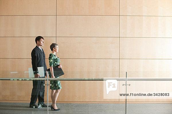 Geschäftsleute zu Fuß durch Korridor