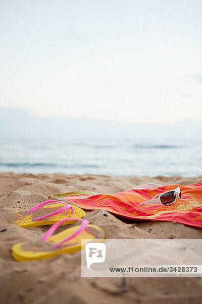 Flips Flops und Handtuch am Strand