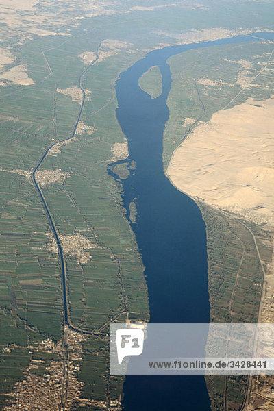 Luftaufnahme des Nils bei Assuan