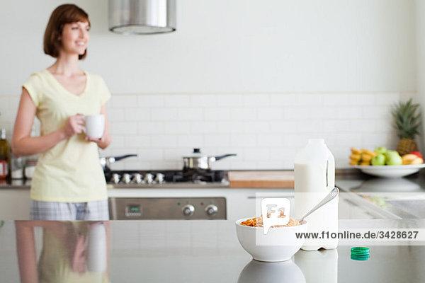 Frau in der Küche beim Frühstück