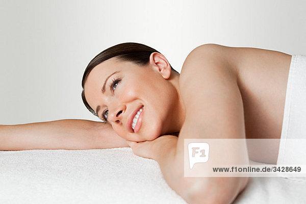 Junge Frau auf dem Massagetisch