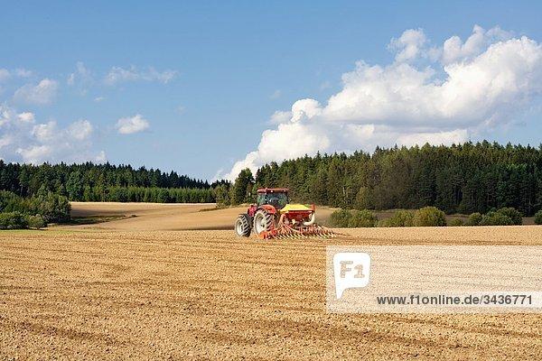 Landwirt auf Traktor Pflügen Feld in Südböhmen. Tschechische Republik