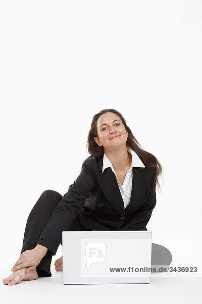 Arbeiten mit Laptop lächelnd Computer geschäftsfrau