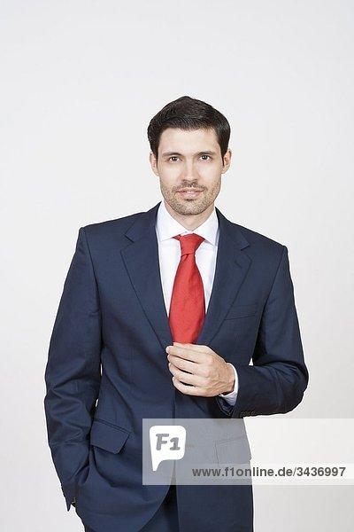 Porträt von gut aussehend Geschäftsmann in Anzug. Isoliert auf weiss