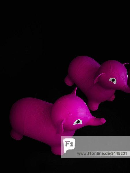 Pink Elephants auf einem schwarzen Hintergrund. Pink Elephants auf einem schwarzen Hintergrund.