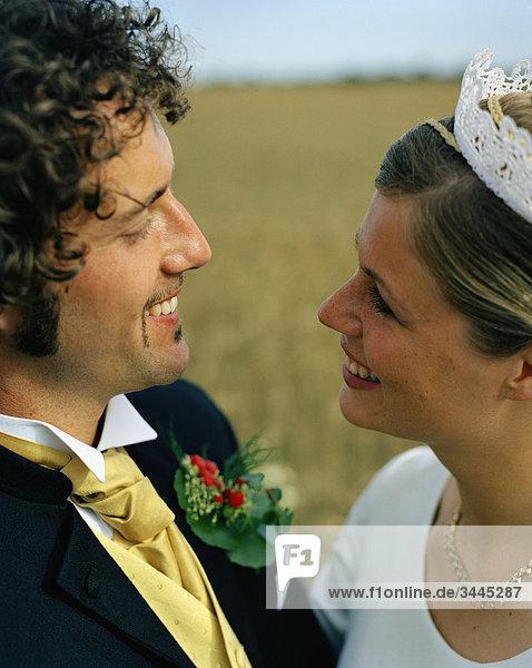 Skandinavien  Schweden  Oland  Braut und Bräutigam lächelnd an jedem anderen  Nahaufnahme