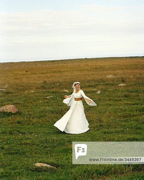 Skandinavien  Schweden  Oland  Braut tanzen im Feld