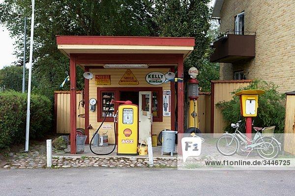 Skandinavien  Schweden  Vastergotland  Tankstelle am Straßenrand