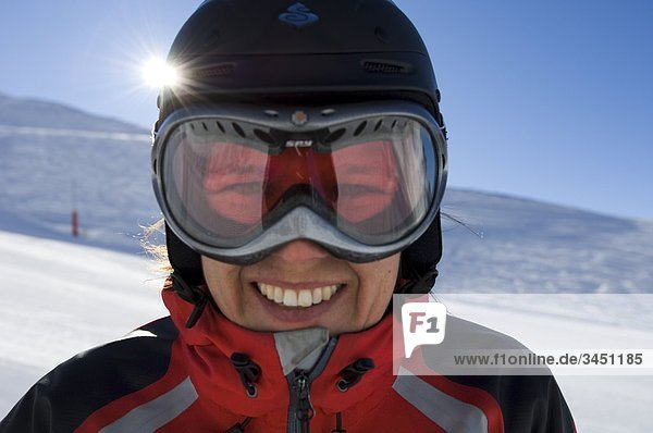 Porttrait einer Frau in Skiausrüstung