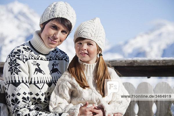 Mutter und Tochter auf dem Balkon im Skigebiet