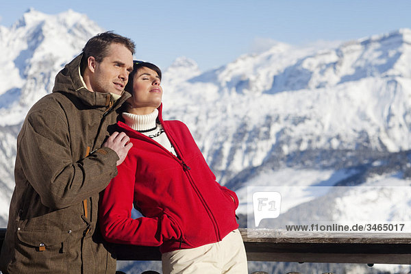 Junges Paar genießt Wintersonne