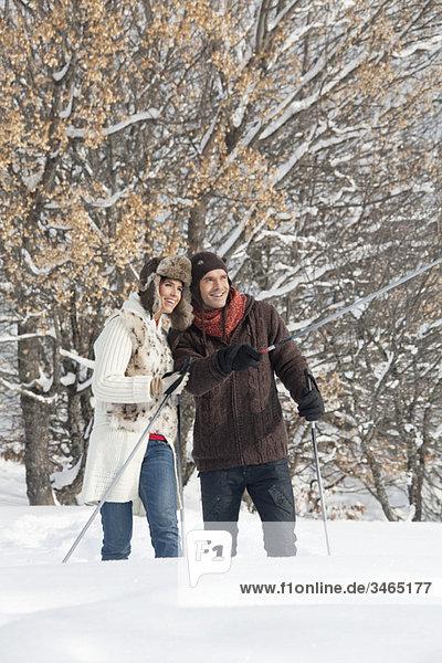 Junges Paar Schneeschuhwandern