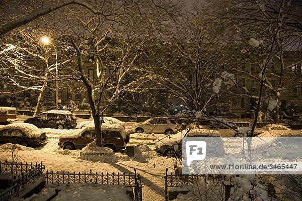 Blick auf eine schneebedeckte Straße bei Nacht  Brooklyn  New York  USA